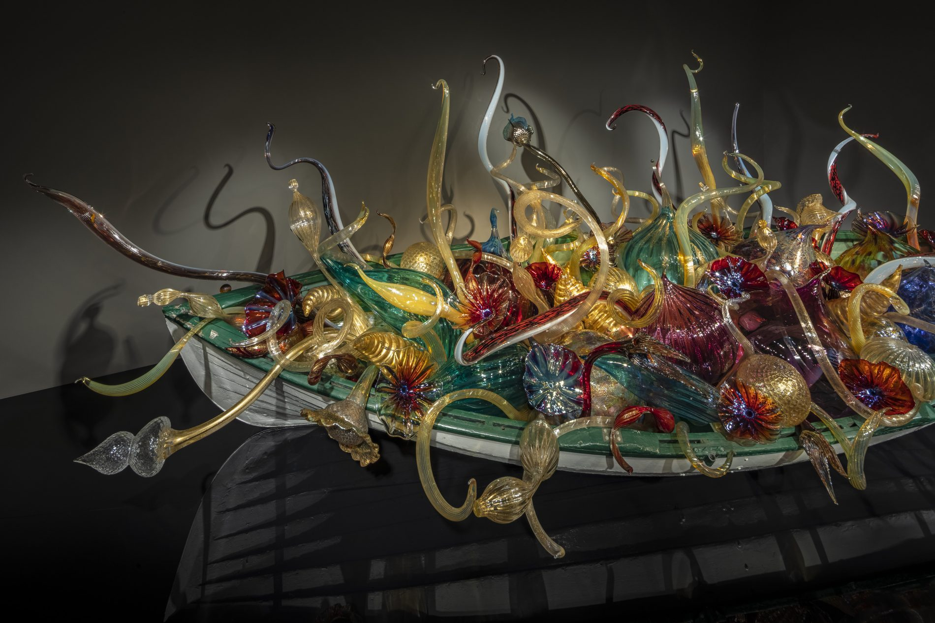 Dale Chihuly Gilded Fiori Boat (detail), 2020 5½ x 16 x 7½' Artis—Naples, The Baker Museum, Naples, Florida © Chihuly Studio. All Rights Reserved