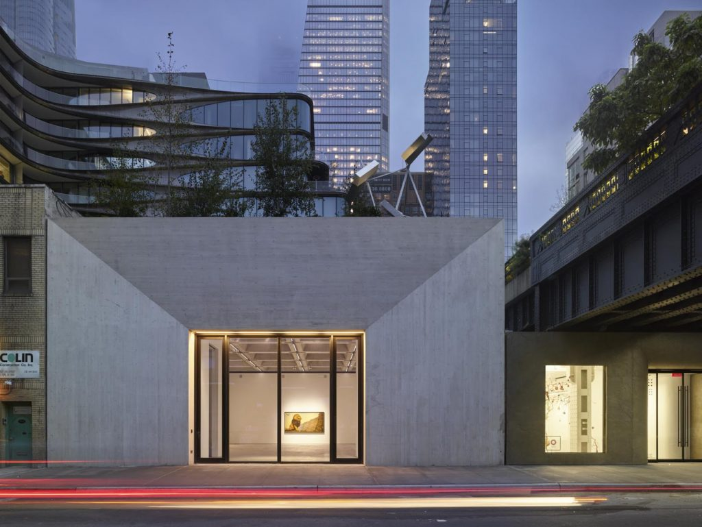 Kasmin Gallery next to the High Line (right), New York. Photo: Roland Halbe. Courtesy Kasmin.